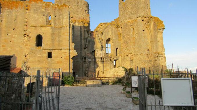 Chateau-de-Bourbon-L-Archambault_Eingang-und-Innenhof_c-Chateau-de-Bourbon-L-Archambault_800