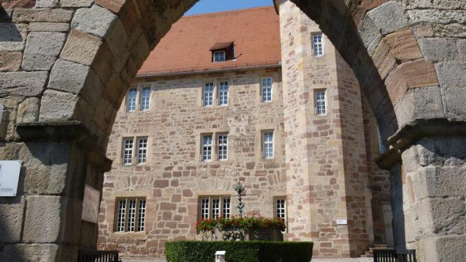 Landgrafenschloss-Eschwege_Torbogen-mit-Blick-auf-Brunnen _c-TI-Eschwege-Landgrafenschloss-Eschwege_800