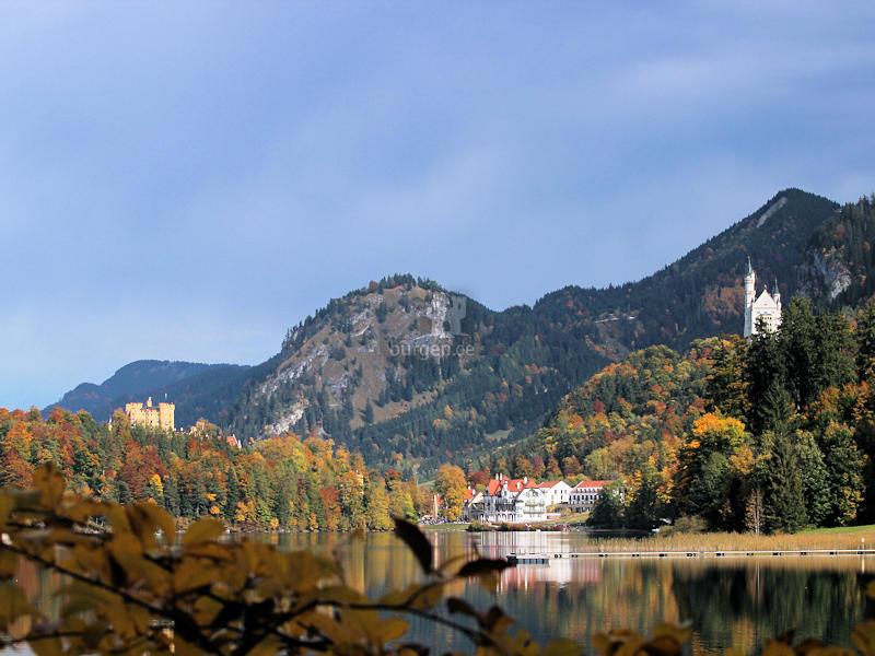 Neuschwanstein & Hohenschwangau - Blick über den See im Spätsommer © burgen.de