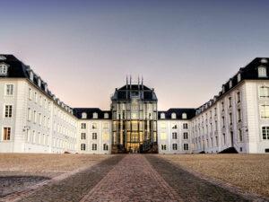 Schloss Saarbrücken by Wolfgang Staudt (eigenes Werk, CC BY 2.0; cropped, sharpened, recoloured)
